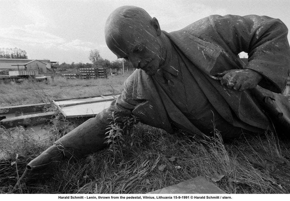 Harald Schmitt's 1991 photo of Lenin deposed.