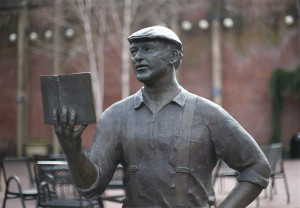 Statue of Ken Kesey in Eugene, Oregon. Photo: Cacophany/2007, Wikimedia Commons