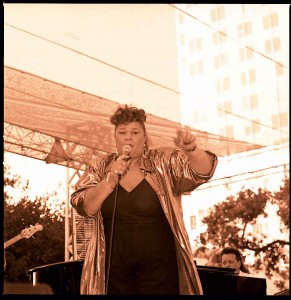 Etta James performing in San Jose in 2000. Photo: Louis Ramirez, Flickr/Wikimedia Commons